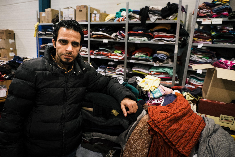 Ahmed hatte in Bagdad seine eigene Kleiderboutique. Seine Erfahrung nützt ihm nun bei der Verwaltung der Kleiderstation.