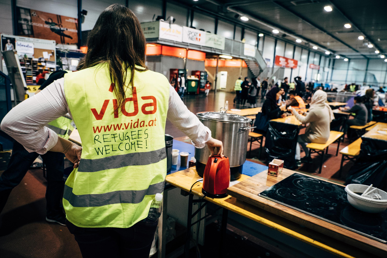 Ein Organisationsteam von ungefähr 25 Leuten, unterstützt vom Arbeitersamariterbund, koordiniert die Sachspenden und weitere Freiwillige um den Flüchtlingen den Aufenthalt zu ermöglichen.