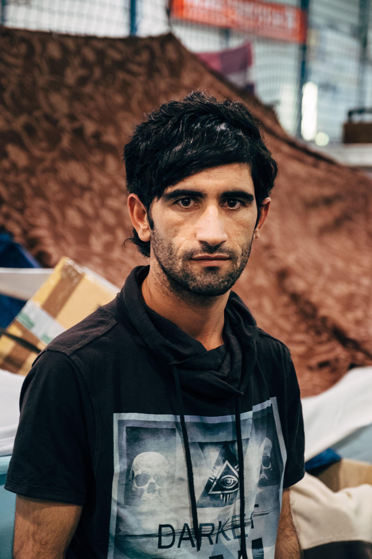 Basel floh von zwei Monaten aus Rakka, Syrien. Zuerst versuchte er sich als Fliesenleger in Kirkuk, Irak. Doch als auch dort der Deash einmarschiert floh er weiter Richtung Europa.