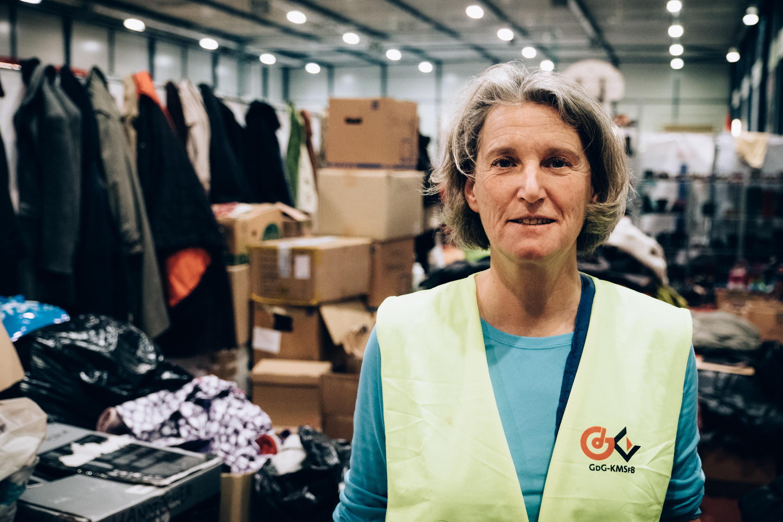 Diese Frau kommt mehrmals in der Woche ins Stadion um zu helfen wo sie kann. An diesem Tag beim Sortieren der Kleidung.