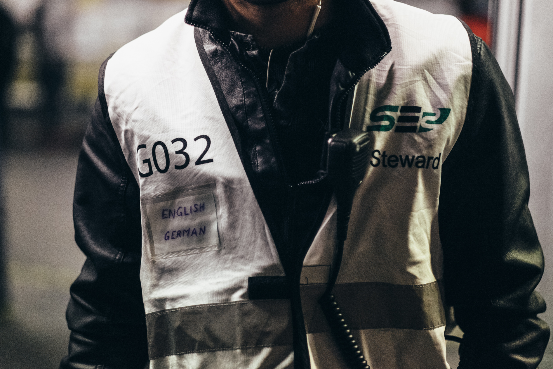 Die private Sicherheitsfirma SE2, die schon zuvor für die Gebäudesicherheit des Stadions zuständig war, ist auch nun weiter im Einsatz. Auch sie scheinen mehr in den Betrieb eingebunden zu werden, wie am Dolmetscherschildchen zu erkennen ist.