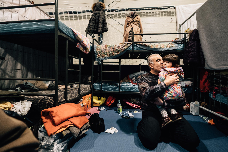 In solchen fünf Quadratmeter großen Bauzaun-Parzellen schlafen Familien mit Kleinkindern und Alten. Die Stockbetten wurden erst neuerdings angeschafft und sind so ziehmlich der einzige Luxus der hier aufzufinden ist.