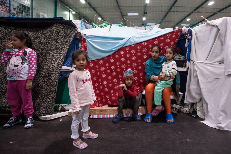 Nicht mehr als ein paar Decken, Liegestühle und Tücher hatten die Flüchtlinge anfangs zur Verfügung, um sich ein bisschen Privatsphäre zu improvisieren. © Thomas Hennerbichler