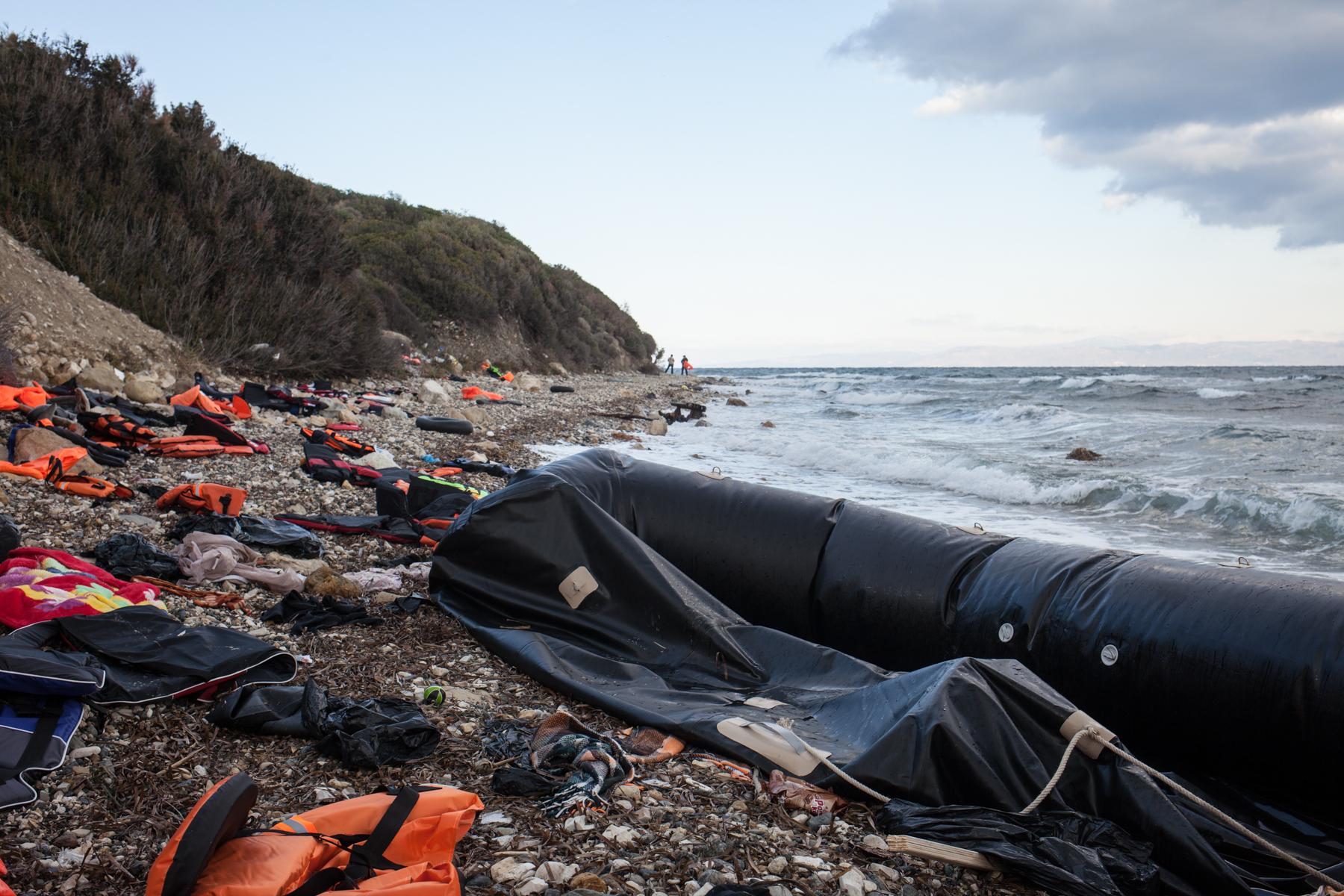 Entlang des südlichsten Küstenstreifens auf Lesbos, der nur zu Fuß erreichbar ist, bahnt sich das Ausmaß der Katastrophe an. Boote, die einen falschen Kurs eingeschlagen haben stranden hier und Geflüchtete müssen weit zur entfernten Strasse laufen.