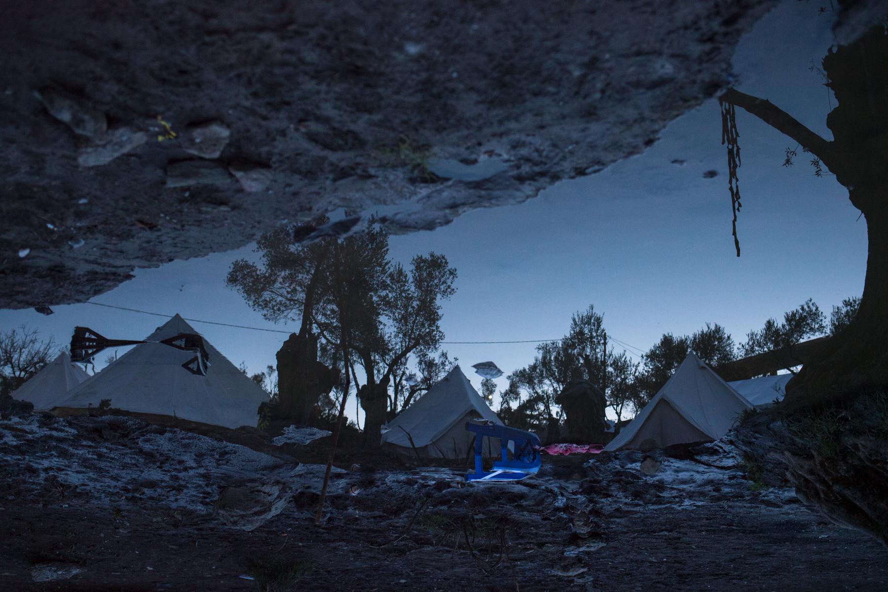 """Am Fuße des Hanges der Olivenplantage im selbstverwalteten Flüchtlingscamp """"Better Days For Moria"""" sammelt sich das abgelaufene Wasser. Helfer versuchten bereits, mit Pumpen der Lage Herr zu werden."""