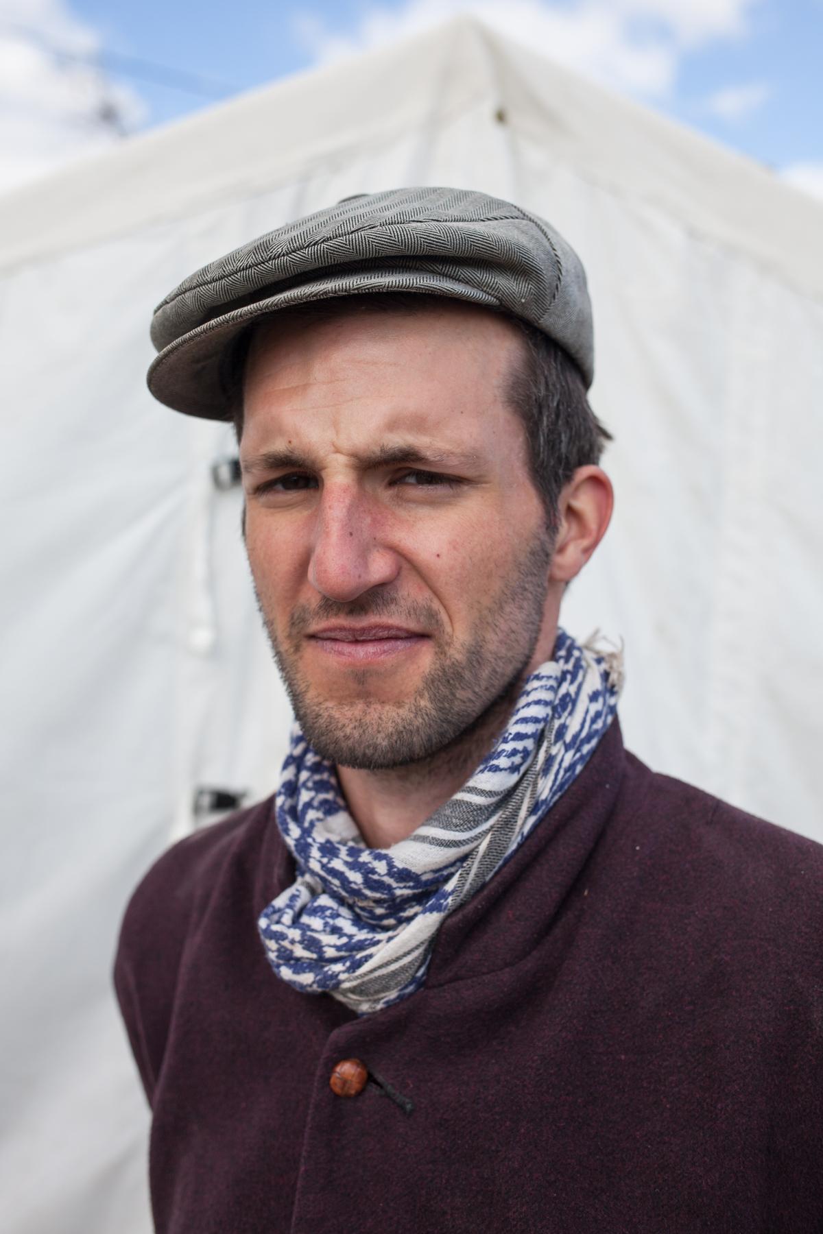 Hannibal Bilom (32) möchte den Menschen hier ein freundliches Willkommen in Europa bieten. Gerade hat er mit seinem Team einen Graben gegraben, damit das Wasser nicht im Camp steht. Fünf Wochen hilft er nun im Camp Moria.