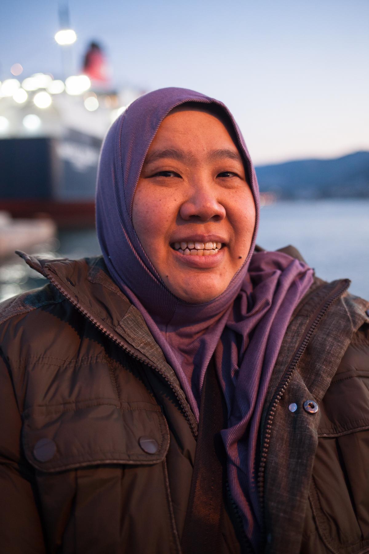 """Suzana Sulaiman (43) aus Malaysia war zusammen mit Freunden 10 Tage auf Lesbos, um zu helfen. """"Wir haben zu Hause 14.000 € gesammelt und Mützen gestrickt, um das hier zu verteilen."""" Wie sie helfen können haben sie auf Facebook erfahren."""