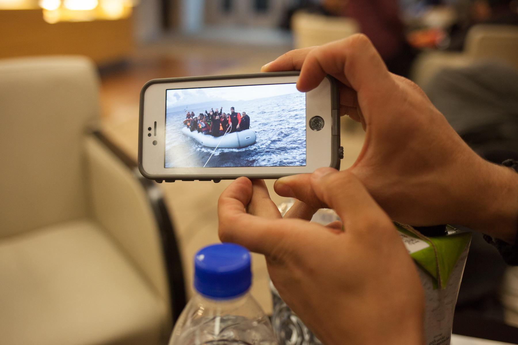 """Auf dem Handy zeigt der Rettungsschwimmer Salam Aldeen (33) Videos einer Rettungsaktion. Er gehört zur Hilfsorganisation """"Team Humanity"""" und rettete mit seinem Team bereits unzähligen Menschen das Leben, was ihm nun zum Verhängnis werden könnte."""