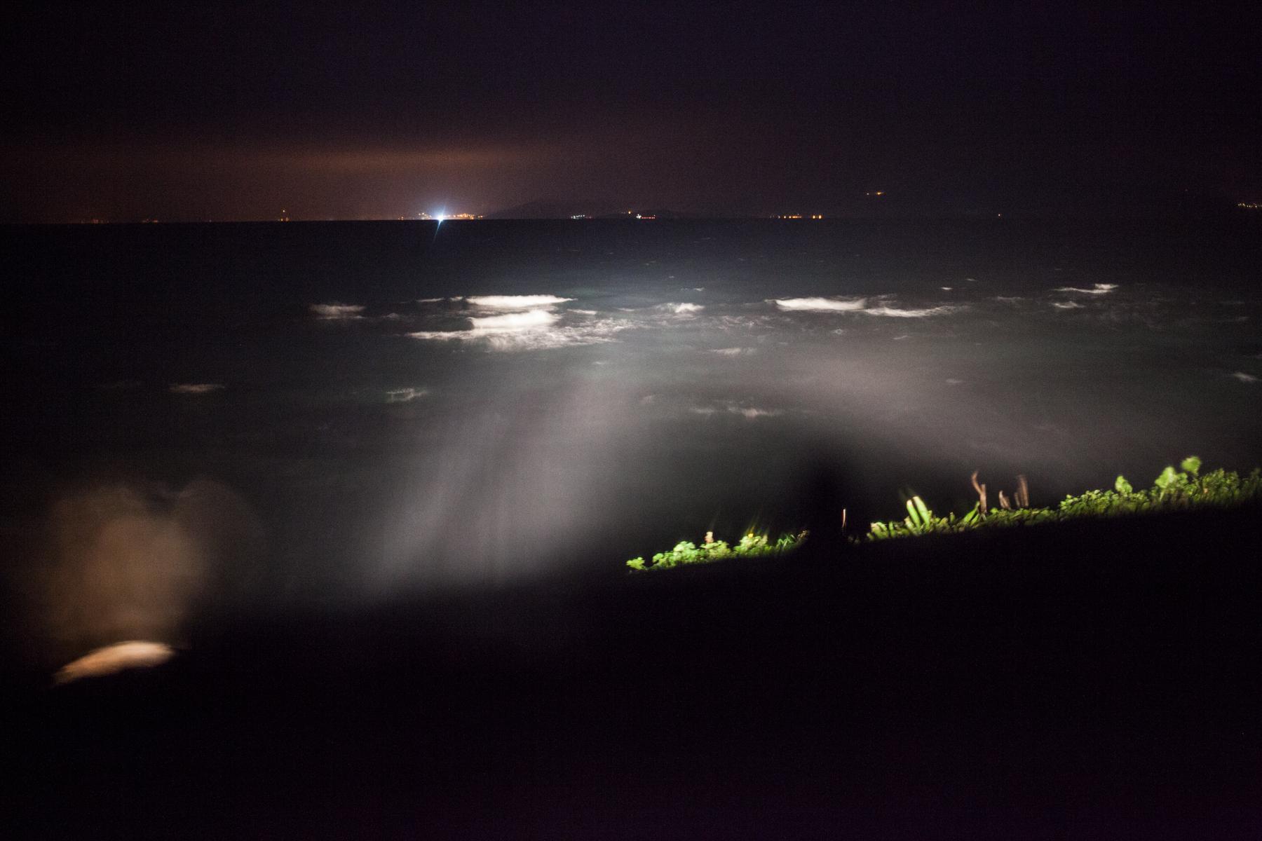 Sobald es schummrig wird richten sich Autoscheinwerfer auf die Meeresenge zwischen der Türkei und Griechenland. Gewartet wird auf das Signal einer Taschenlampe, das Helfer in Alarmbereitschaft versetzt. Eine Überfahrt dauert zwischen 3 - 8 Stunden.