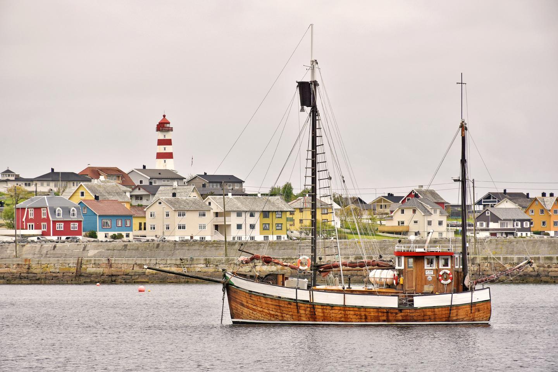 17 Alnes Hafen und Leuchtturm