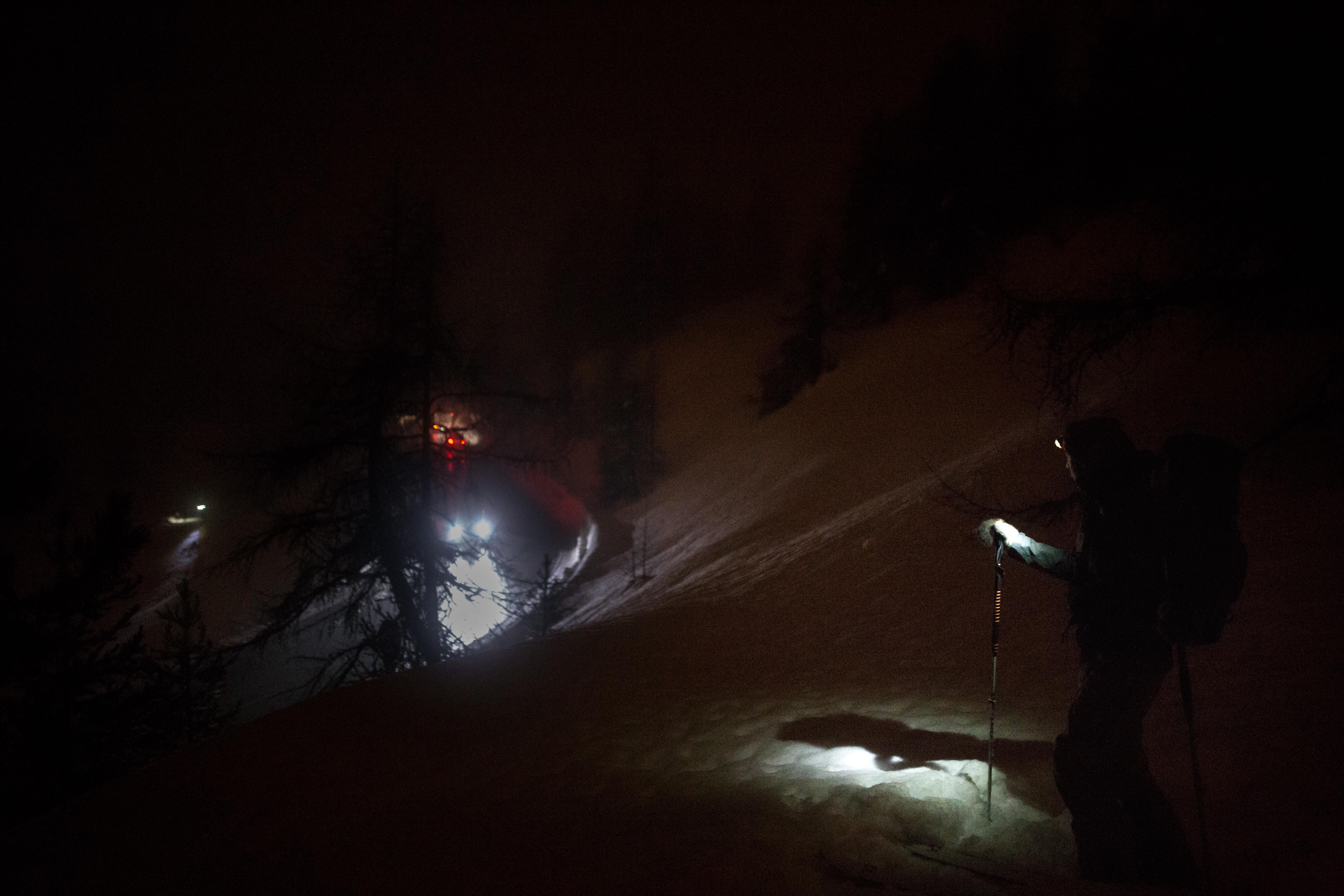 Neben der Passstrasse: Ein Aktivist auf Skiern ist auf der Suche nach Geflüchteten, die in den Bergen gestrandet sind.